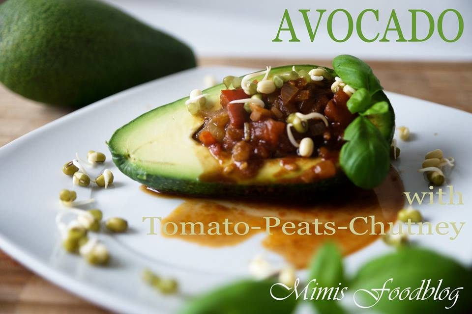 Avocado mit Tomaten-Birnen-Chutney