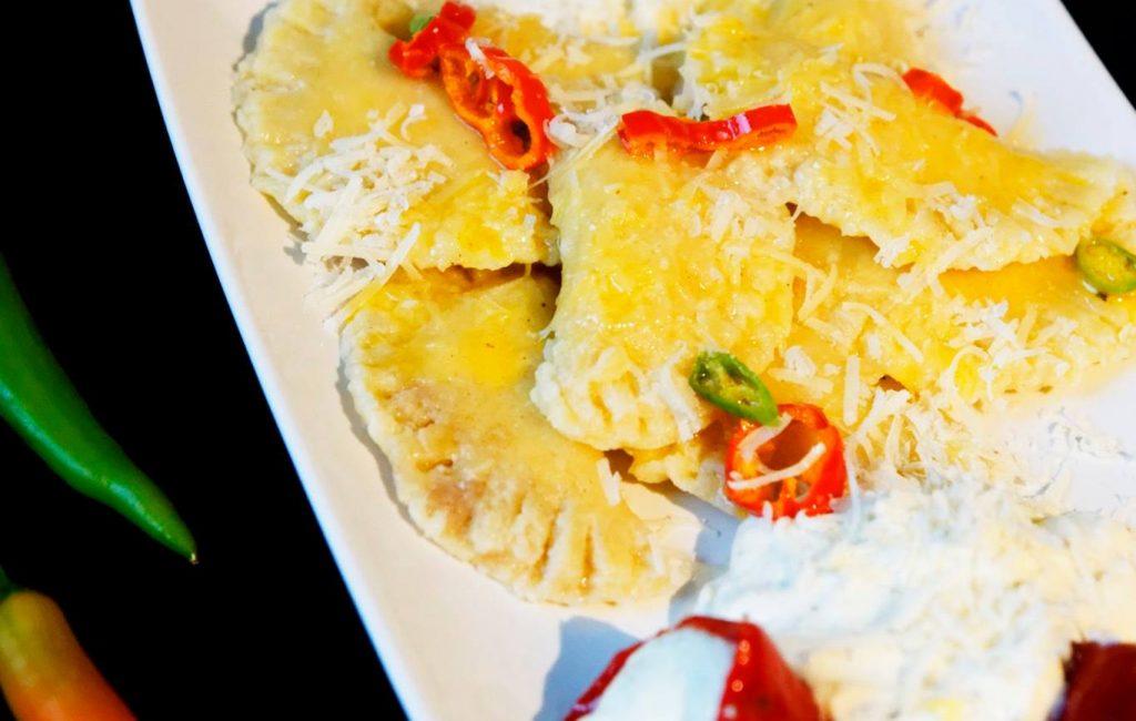 Ravioli mit Ziegenkäse-Zitronenfüllung und Chili-Butter