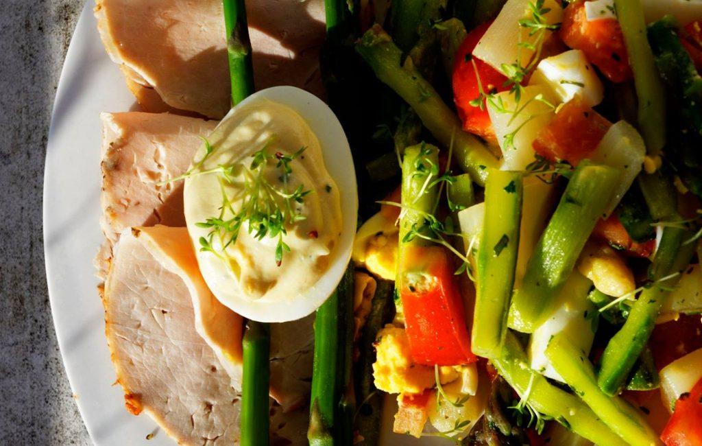Spargelsalat mit gefülltem Ricotta-Ziegenkäse-Senf-Ei