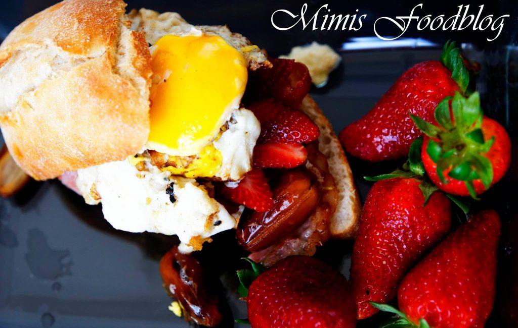 Eier-Bacon-Dattel-Erdbeer Burger