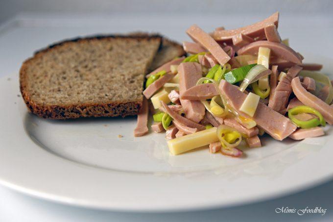 Wurstsalat mit frisch gebackenem Brot