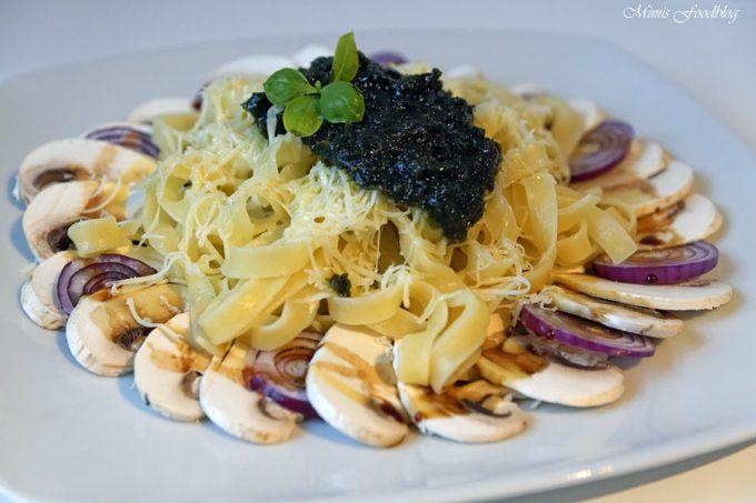 Bandnudeln mit Bärlauch-Zitronen-Pesto auf einem Pilz-Carpaccio mit einer Dattel-Balsamico-Reduktion