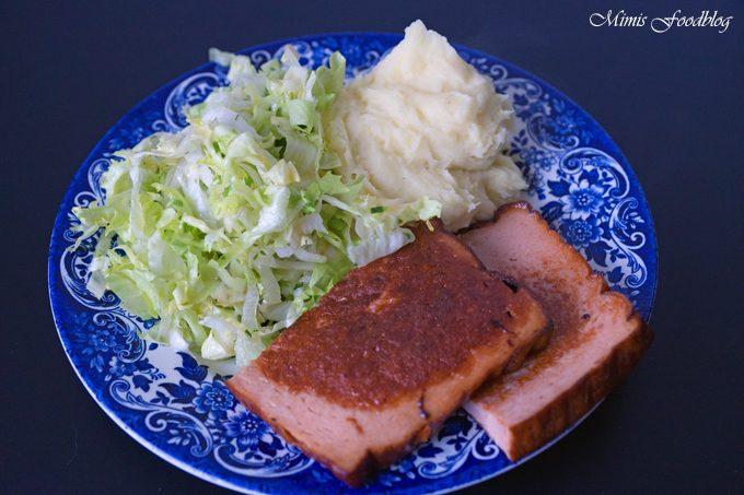 Leberkäse mit Kartoffelpüree und Endiviensalat