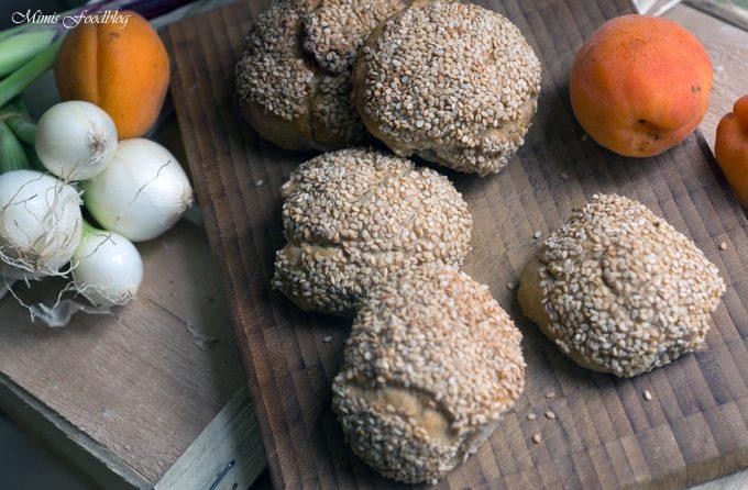 Dinkel-Roggen-Buttermilch-Brötchen mit Sesam