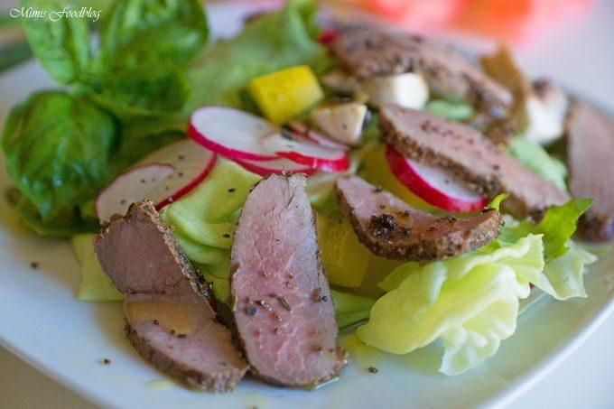 Gegrillte Lammlende in Kräutermarinade auf Salat