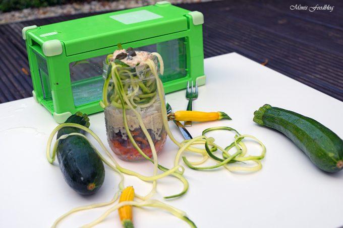 Rohkostsalat mit Thunfisch und Kokosknusper als Test für den Nicer Dicer Magic Cube