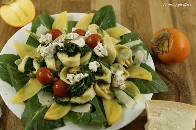 Gedämpfte Tortellini mit Spinat, Ziegenkäse und Tomaten