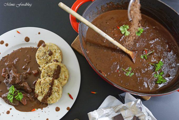 Schoko-Chili Gulasch mit Serviettenknödel