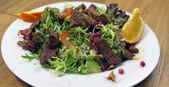 Friséesalat mit Granatapfel und Rinderstreifen