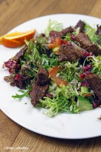 Friséesalat mit Granatapfel und Rinderstreifen 2