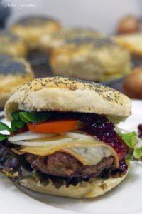 Raclette Burger mit Preiselbeeren und selbst gebackenem Dinkel Mohn Bun 1