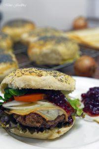 Raclette Burger mit Preiselbeeren und selbst gebackenem Dinkel Mohn Bun 3