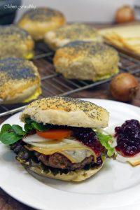 raclette burger mit preiselbeeren und selbst gebackenem dinkel mohn bun mimis foodblog. Black Bedroom Furniture Sets. Home Design Ideas