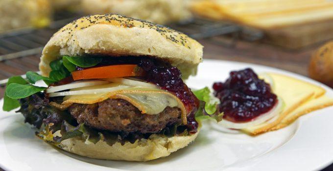 Raclette Burger mit Preiselbeeren und selbst gebackenem Dinkel Mohn Bun 6