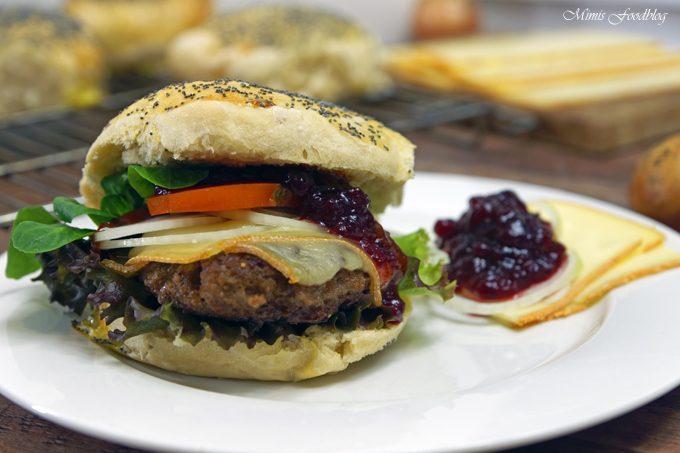 Raclette-Burger mit Preiselbeeren und selbst gebackenem Dinkel-Mohn-Bun