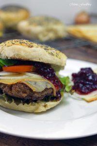 Raclette Burger mit Preiselbeeren und selbst gebackenem Dinkel Mohn Bun 7