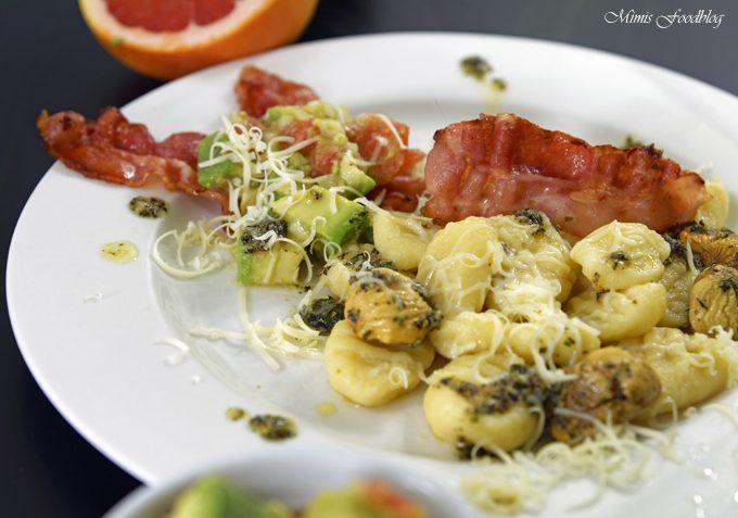 Selbst gemachte Gnocchi mit Bruschetta-Butter, Maronen und Grapefruit-Guacamole