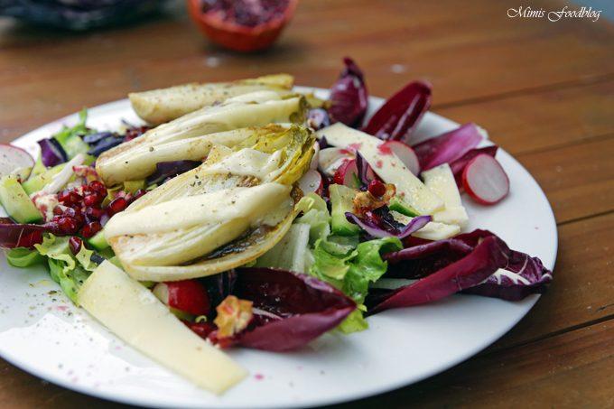Wintersalat mit Rotkohl, Granatapfel mit gebratenem Chicoree