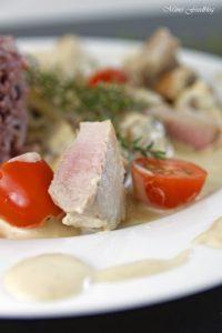 Medaillons aus der Pfanne mit Pilzen Tomaten und Sahne Sauce mit Thymian 5