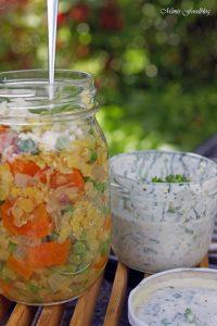 Linsensalat mit Karotten Erbsen und einer Joghurt Kräuter Sauce Linsen die wiederentdeckte Hausmannskost 5