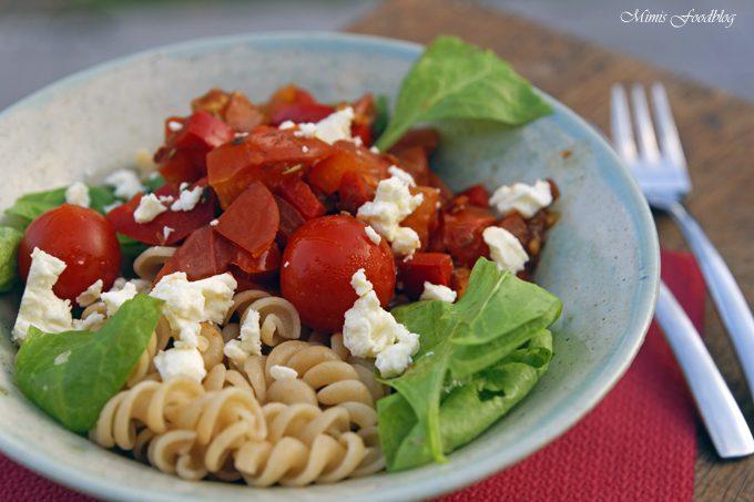 Sommerliche Paprika-Tomaten Nudeln mit Babyspinat