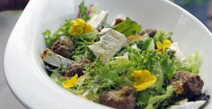 Gefüllte Gorgonzola Hackbällchen auf einem Sommersalat mit Blüten 3