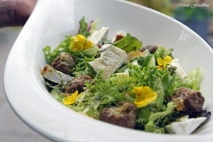 Gefüllte Gorgonzola-Hackbällchen ~ auf einem Sommersalat mit Blüten
