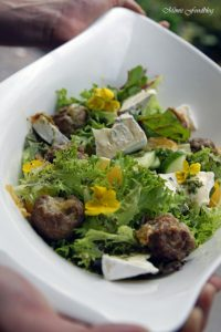 Gefüllte Gorgonzola Hackbällchen auf einem Sommersalat mit Blüten 1
