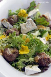 Gefüllte Gorgonzola Hackbällchen auf einem Sommersalat mit Blüten 2