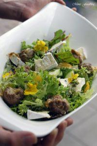 Gefüllte Gorgonzola Hackbällchen auf einem Sommersalat mit Blüten 4