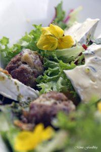 Gefüllte Gorgonzola Hackbällchen auf einem Sommersalat mit Blüten 5