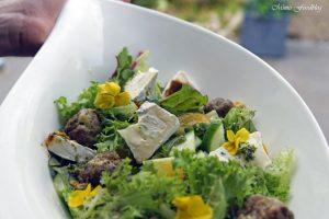 Gefüllte Gorgonzola Hackbällchen auf einem Sommersalat mit Blüten 6