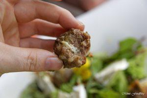 Gefüllte Gorgonzola Hackbällchen auf einem Sommersalat mit Blüten 7