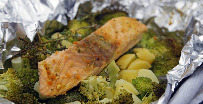 Lachs aus dem Backofen auf einem Brokkoli Kartoffel Bett mit frischen Gartenkräutern 2