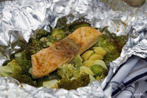 Lachs aus dem Backofen auf einem Brokkoli Kartoffel Bett mit frischen Gartenkräutern 1