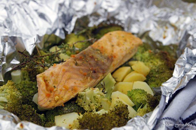 Lachs aus dem Backofen auf einem Brokkoli-Kartoffel-Bett ~ mit frischen Gartenkräutern