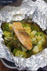 Lachs aus dem Backofen auf einem Brokkoli Kartoffel Bett mit frischen Gartenkräutern 5