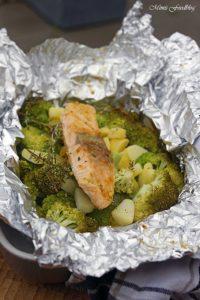 Lachs aus dem Backofen auf einem Brokkoli Kartoffel Bett mit frischen Gartenkräutern 6