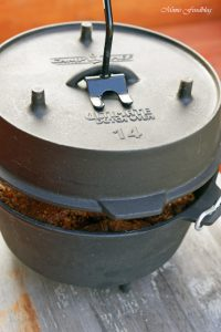 Texas BBQ Brisket aus dem Dutch Oven mit smoky Baked Beans rustikales Outdoor Cooking 11