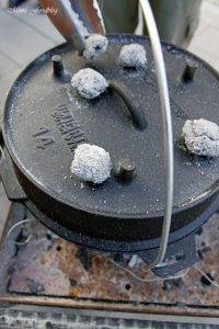 Texas BBQ Brisket aus dem Dutch Oven mit smoky Baked Beans rustikales Outdoor Cooking 12