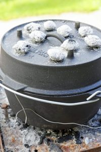 Texas BBQ Brisket aus dem Dutch Oven mit smoky Baked Beans rustikales Outdoor Cooking 13