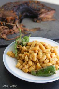 Texas BBQ Brisket aus dem Dutch Oven mit smoky Baked Beans rustikales Outdoor Cooking 14