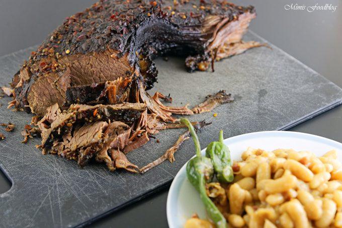 {Werbung} Texas BBQ Brisket aus dem Dutch Oven mit smoky Baked Beans ~ rustikales Outdoor Cooking