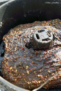 Texas BBQ Brisket aus dem Dutch Oven mit smoky Baked Beans rustikales Outdoor Cooking 4
