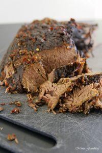 Texas BBQ Brisket aus dem Dutch Oven mit smoky Baked Beans rustikales Outdoor Cooking 6