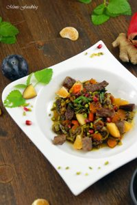 Orientalischer Reis Pilaw mit Rindfleisch Aromatisches Reisgericht mit Gemüse Rosinen Clementinen und Pistazien 1