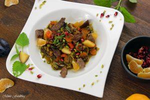 Orientalischer Reis Pilaw mit Rindfleisch Aromatisches Reisgericht mit Gemüse Rosinen Clementinen und Pistazien 2
