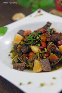 Orientalischer Reis Pilaw mit Rindfleisch Aromatisches Reisgericht mit Gemüse Rosinen Clementinen und Pistazien 3