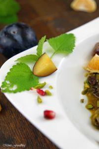 Orientalischer Reis Pilaw mit Rindfleisch Aromatisches Reisgericht mit Gemüse Rosinen Clementinen und Pistazien 4