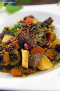 Orientalischer Reis Pilaw mit Rindfleisch Aromatisches Reisgericht mit Gemüse Rosinen Clementinen und Pistazien 5